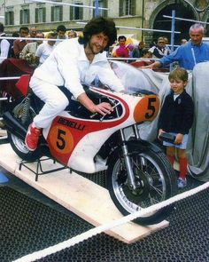 Graziano Rossi and Valentino. Of course even in the 80s the Italians were still enjoying the 70s...