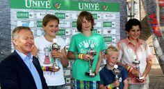Op zaterdag 24 mei vond de tiende voorronde van het NK Knikkeren 2014 plaats op de Oostzanddijk in Hellevoetsluis. Basisschoolkinderen uit de groepen 3 tot en met 8 waren van harte welkom en konden zich gratis inschrijven voor dit kampioenschap. De beste zestien knikkeraars gingen door naar de finale in Dierenpark Amersfoort op zaterdag 21 juni. Wethouder Hans v.d. Velde reikte de prijzen uit. De eerste plaats was voor Thijmen Lindenburg uit Spijkenisse!