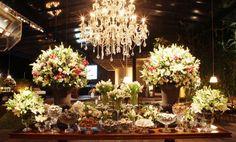 Decoração Fernanda Rocco Eventos l Mesa de doces linda com lustre de cristal