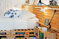 Atrás da cama, um painel com réguas de pinus de reflorestamento faz as vezes de cabeceira. O espaço entre elas serve para que a luz instalada atrás do painel possa passar por entre as frestas.