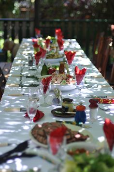 Christmas table set up outside to enjoy a Summer Christmas. Aussie Christmas, Australian Christmas, Summer Christmas, Christmas Lunch, Christmas Makes, Tropical Christmas, Christmas Gingerbread, Christmas 2017, Christmas Stuff