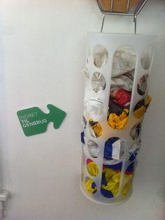 Plastrør til opbevaring af poser - fra udstillingen På sporet af genbrug i Den Gule Villa 2013.