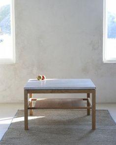 Hejnum från GAD är ett stilrent soffbord och finns som rektangulärt eller ellipsformat i björk eller ek. Skiva i gotländsk kalksten eller granit. Endast kalksten på det runda bordet. En lös hylla ingår till det stora rektangulära bordet.