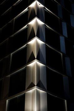 Iluminación de exterior. Proyecto de iluminación: Edificio alto Oriente / Muru Loy Indirect Lighting, Linear Lighting, Cool Lighting, Outdoor Lighting, Education Architecture, Light Architecture, Architectural Lighting Works, Landscape Lighting Design, Facade Lighting