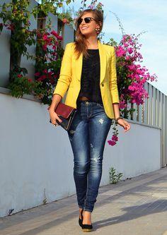 Un polo oscuro con un jean rasgado y el blazer amarillo.