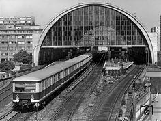 1985 Ein S-Bahnzug nach Erkner verlaesst den Bahnhof Berlin-Alexanderplatz