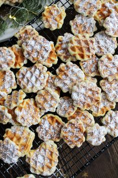 Ihr Lieben ❤️ Es gibt Waffelplätzchen 😍 Sie sehen zwar aus wie kleine, s… Dear Ones ❤️ There are waffle biscuits 😍 Although they look like small, sweet waffles, they hide behind a great cookie dough, which is baked very crispy. Waffle Biscuits, Nice Biscuits, Waffle Cookies, Cookies Et Biscuits, Cookies Decorados, Salsa Dulce, Le Diner, Pampered Chef, Health Desserts