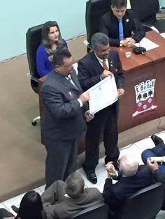 PROF. FÁBIO MADRUGA: O VEREADOR ALCINDO CORREIA ENTRGA O TÍTULO DE CIDA...