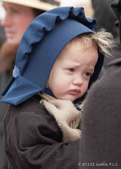 this little bebe looks so miserable being amish. Amish Family, Amish Farm, Amish Country, Little People, Little Ones, Little Girls, Beautiful Children, Beautiful Babies, Amische Quilts