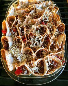 Burrito-ovenschotel is hier tegenwoordig èèn van de favorietjes. Makkelijk te maken en zo klaar! zonder pakjes en zakjes nog veel lekkerder! Hamburger Pizza, Tortilla Pizza, Breakfast Lunch Dinner, Burritos, Japchae, Food Inspiration, Nom Nom, Tacos, Good Food