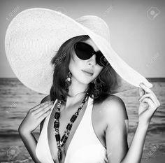 36974201-Foto-in-bianco-e-nero-di-belle-donne-in-posa-sulla-spiaggia-indossando-elegante-grande-cappello-e-oc-Archivio-Fotografico.jpg (1300×1288)
