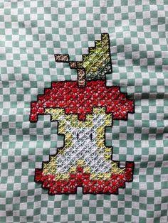 BORDADO EM TECIDO XADREZ - AMOSTRA (Detalhes sobre o bordado... Visitar) Girl Scout Swap, Girl Scout Leader, Girl Scouts, Embroidery Patterns, Hand Embroidery, Sewing Patterns, Bordado Tipo Chicken Scratch, Chicken Scratch Embroidery, Mini Album Tutorial
