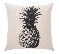 Une brise tropicale s'installe dans votre demeure. Coussin décoratif couleur naturel avec imprimé ananas noir. Fait de coton à 100% avec bourre de polyester. L'enveloppe est munie d'une fermeture éclaire pour faciliter le nettoyage. Disponible en exclusivité chez votre détaillant Brunelli.