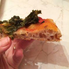 Pizza con alta idratazione con pasta madre bassa croccante e molto leggera . Con una maturazione di trenta ore che la rende molto digeribile