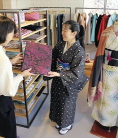 Kyoto kimono store Otsuka Gofukuten recommends YouTube for kimono-wearing tutorials.