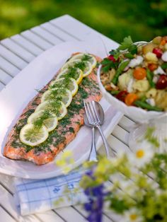 Gravad lax, salmon, the unmissable, the essential meal of the Midsommar fest Summer Recipes, Great Recipes, Healthy Recipes, Nordic Diet, Good Food, Yummy Food, Swedish Recipes, Fabulous Foods, Fish And Seafood