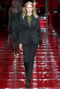 Versace Fall 2015 Ready-to-Wear - Collection - Gallery - Style.com http://www.style.com/slideshows/fashion-shows/fall-2015-ready-to-wear/versace/collection/4