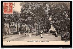 Il viale principale della Salpétriere in una cartolina di inizio '900 con personale infermieristico e pazienti. Tutte le cliniche psichiatriche dell'epoca erano circondate da giardini piuttosto vasti e avevano una tipologia architettonica simile. La Salpétriere in particolare aveva subito dei lavori di ristrutturazione nel 1899.