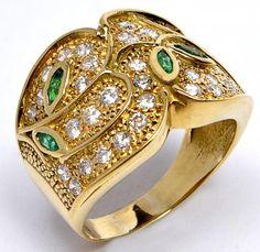 Anel de ouro amarelo 18k, com 5 pedras de esmeraldas e 36 diamantes. Aro 20, peso 9,8 g.