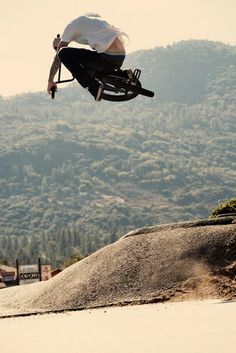 Eclats Ashley Charles pulling a table in Spain Bmx Bicycle, Bmx Bikes, Bmx Dirt, Bmx Street, Adult Tricycle, Bmx Racing, Road Mountain Bike, Ride Or Die, Parkour