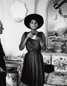 La Croisette se met à l'heure italienne. Cannes Classics, section du festival réservée aux films anciens et aux incontournables du cinéma, rendra cette année hommage au western spaghetti et aux 30 ans de la Palme d'or « Paris Texas » de Wim Wenders. http://www.elle.fr/Loisirs/Cinema/News/Cannes-2014-Sophia-Loren-invitee-d-honneur-du-festival-2701840