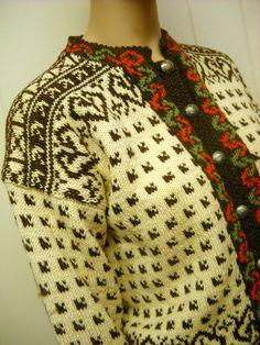 """Pattern: Husfilden Øyer-koften Label: """"Osterdal Husflid ~ Handmade in Norway"""" Fair Isle Knitting, Hand Knitting, Knitting Patterns, Norwegian Knitting, Snowflake Pattern, Hand Knitted Sweaters, Wool Cardigan, Christmas Sweaters, Knit Crochet"""
