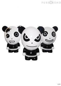 """HI PANDA AU PALAIS DE TOKYO ET CHEZ CITADIUM  L'artiste chinois Ji-Ji ne vous dit peut être rien mais vous connaissez surement ses créations, """"Hi Panda"""". Ces dernières, des pandas à la moue boudeuse pensés dans un esprit """"art toy"""" sont régulièrement exposées à Londres, dans le prestigieux Victoria & Albert Museum. Une vitrine extraordinaire pour l'artiste à qui tout sourit en ce moment."""