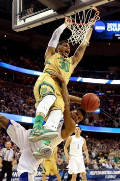 """Zach Auguste and the Irish are feeling it. Auguste has 20 points as Notre Dame leads Kentucky, with left. Notre Dame Basketball, Notre Dame Football, Men's Basketball, Notre Dame Campus, Lou Holtz, Go Irish, Fighting Irish, Kentucky, Champion"