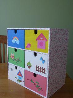 Ladekastje Moppe van Ikea gepimpt.   Werkinstructie: 1 De zijkanten beplakken met zelfklevende folie (o.a. te koop bij Praxis). 2 De laatjes schilderen met plakkaatverf. 3 Nadat de verf gedroogd is, kun je de laatjes versieren met stickers of plakkers. Ik heb de plaatjes uit een knutselset van Action gebruikt.  Mijn dochter gebruikt het kastje voor haar knutselspullen: stiften, stempels, stickers, etc.