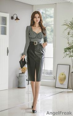 Nadire Atas on Stylish FashionistaNishina's media statistics and analytics Bodycon Fashion, Women's Fashion Dresses, Skirt Fashion, Long Leather Skirt, Office Outfits Women, Pinterest Fashion, Beautiful Blouses, Madame, Asian Fashion