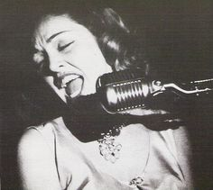 When I'm singing, I'm happy. I'm doing what I can do and this is my contribution to life.Anita O'Day Quand je chante...