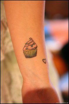 Tatuaje de cupcake y corazón en el brazo