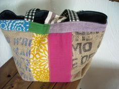 コーヒー豆の麻袋と花柄やストライプ、グリーンやピンク、ラベンダーの生地を楽しくパッチワークしたバッグ。ピンクを基調に明るくカラフルにした側と反対側は黒を基調に...|ハンドメイド、手作り、手仕事品の通販・販売・購入ならCreema。