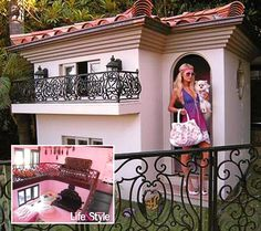Paris Hilton and her Extreme Dog House Cool Dog Houses, Play Houses, Paris Hilton Dog, Cool Pets, Cute Dogs, World's Most Expensive Dog, Dog Mansion, Luxury Dog House, Dog Rooms