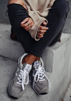 how to make a casual look / grey sneakers + black rips + beige sweater best outfit sportswear basket jean femme gilry Tenis New Balance, New Balance Outfit, Grey New Balance, New Balance Shoes, New Balance 574, New Balance Women, Simple Outfits, Cool Outfits, Casual Outfits
