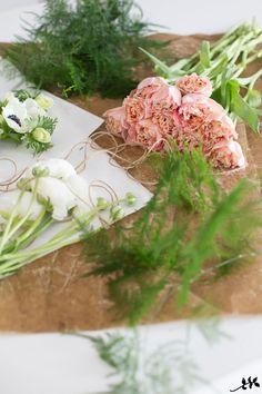 Torstai ja tulppaanit - ne ovat täällä taas. Minun kukkakimpputyylini on hyvin rento, villi ja ilmava, ja halusin tuoda sitä nyt myös tä...