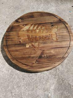 parte inferior mesa marinera con raspa de pez baciada sobre la madera y rellena de resina de epoxi