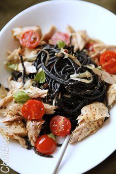 czarne spaghetti z tuńczykiem i cherry pomidorami