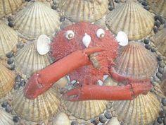 Detail of the José Ramòn Gallego Rebollar shell house: a sea crab, smoking.