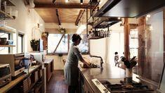 RC造+木造の混構造の一戸建てリノベーション。  灯りの下で、子供たちが一緒になって宿題をやったり、 英語の勉強をしたり、お母さんも裁縫をしたり、お父さんも読書をしたり。 2.8メートルのダイニングテーブルはそんな家族の居場所です。  人工大理石の特注キッチンには、凝った料理も楽しめるドイツ製コンロや食洗機を導入。  奥様の夢だったそうです。 美味しいごはんで家族みんなが笑顔に。 モザイクタイルのかわいい洗面室、落書きOKの賑やかな書斎、 家族が楽しんで生活できるように、灯りは照らし続けます。 Loft, Desk, Furniture, Home Decor, Desktop, Decoration Home, Room Decor, Table Desk, Lofts
