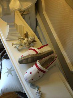 Caperucita Roja: En crudo y clásicas. Cute Sandals, Beach Sandals, Espadrilles, Shoe Closet, Diy Crochet, Canvas Leather, Christmas Stockings, Boho Chic, Diy And Crafts