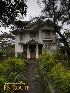 The Laperal House built in the roaring in Baguio, Philippines. It has an American Colonial architecture and is reputed to be hunted by its original owners. Filipino House, Filipino Food, Haunted Houses, Old Houses, American Colonial Architecture, Baguio Philippines, Filipino Architecture, Philippine Houses, Native Place