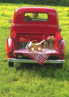 If you live where it's warm, take your girl/guy to the country for a tailgate picnic in your classic old pickup truck. Old Pickup Trucks, Chevy Trucks, Volkswagen Bus, Auto Retro, Red Cottage, Farm Cottage, Picnic Time, Summer Picnic, Vintage Trucks