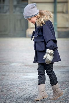 Princess Estelle of Sweden sported this cute mittens and hat combo with a pretty blue jacket to celebrate the Name Day ceremony of her mom Crown Princess Victoria at the Royal Palace in Stockholm. Princess Victoria Of Sweden, Crown Princess Victoria, Olaf, Swedish Royalty, Estilo Real, Royal Babies, Queen Letizia, Rain Wear, Royal Fashion
