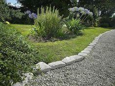 idée de bordure de jardin en pierre avec gravier