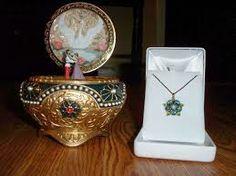 """a caixinha de música com a """"chave"""" no pingente do colar!!! lindo, eu queria muito..."""