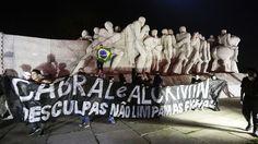 2.ago.2013 - Manifestantes protestam no Monumento às Bandeiras, próximo ao parque do Ibirapuera em São Paulo. O protesto é contra o governador de São Paulo Geraldo Alckmin (PSDB) e em solidariedade aos manifestantes do Rio de Janeiro que buscam o impeachment do governador Sergio Cabral (PMDB)