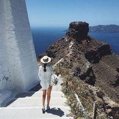 WEBSTA @ nika_shatova - По дороге в гору 😁 меня искренне бесят люди, которые воруют мои фото и замазывают копирайты. Надеюсь, вам будет стыдно, хотя бы немного...| #iphoneonly #2v_honeymoon #Greece #Santorini #blueandwhite