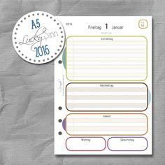 Tageskalender, Kalendereinlagen von SinnWunder für Organizer von Filofax, Succes, elfenklang & Co.im Design LuckySinn. Filofaxing Fans werden sich über die tolle Papierqualität von 100g/m² freuen. Die Tageskalender kommen mit einer Aufbewahrungsmappe aus edlem Gmund Karton. Monatsübersichten und Jahresübersichten sind auch mit dabei. Das Format passt für Din A5 Organizer und man kann zwischen 2 Lochungen wählen. Der Kalender 2016 enthält die Feiertage für Deutschland, Österreich und die…