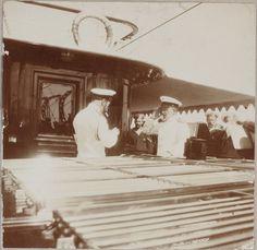 Tsar Nicholas II (Czar Nicolau II) fumando um cachimbo com os officers a bordo do Imperial Yacht Standart em 1911.